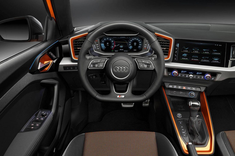 Interior combina detalhes em aço escovado e laranja
